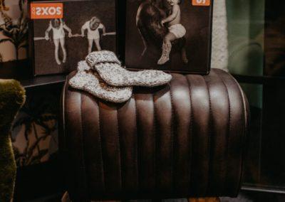 Ein Paar Socken liegt auf einem Turnbock