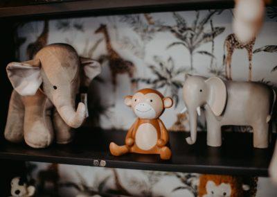 Ein Elefant aus Plüsch und ein Affe und Elefant als Spardose
