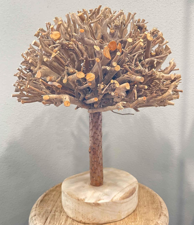 Baum aus Ästen als Tischdekoration