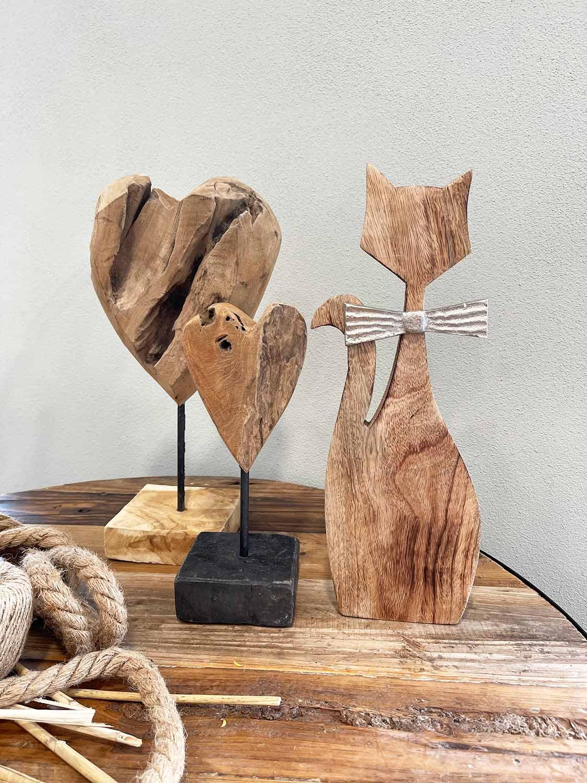 Katze und Herzen aus Holz