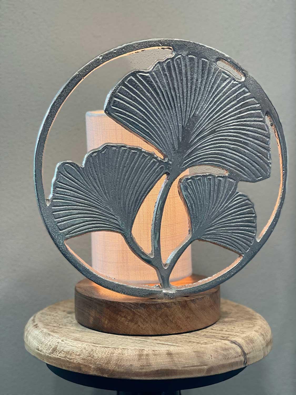 Lampe mit Holzfuß und silbernen Blättern