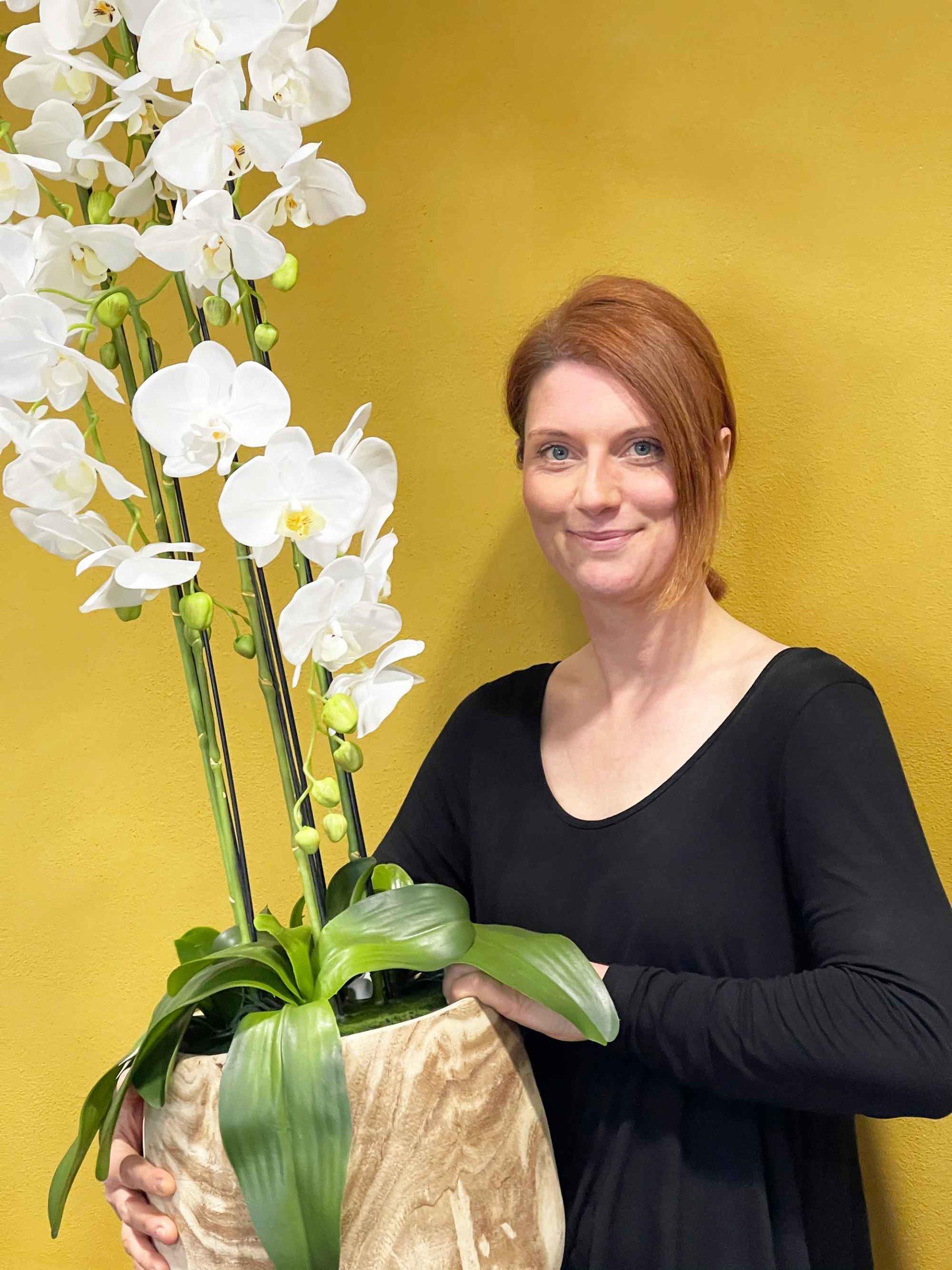 Frau mit Vase aus Holz