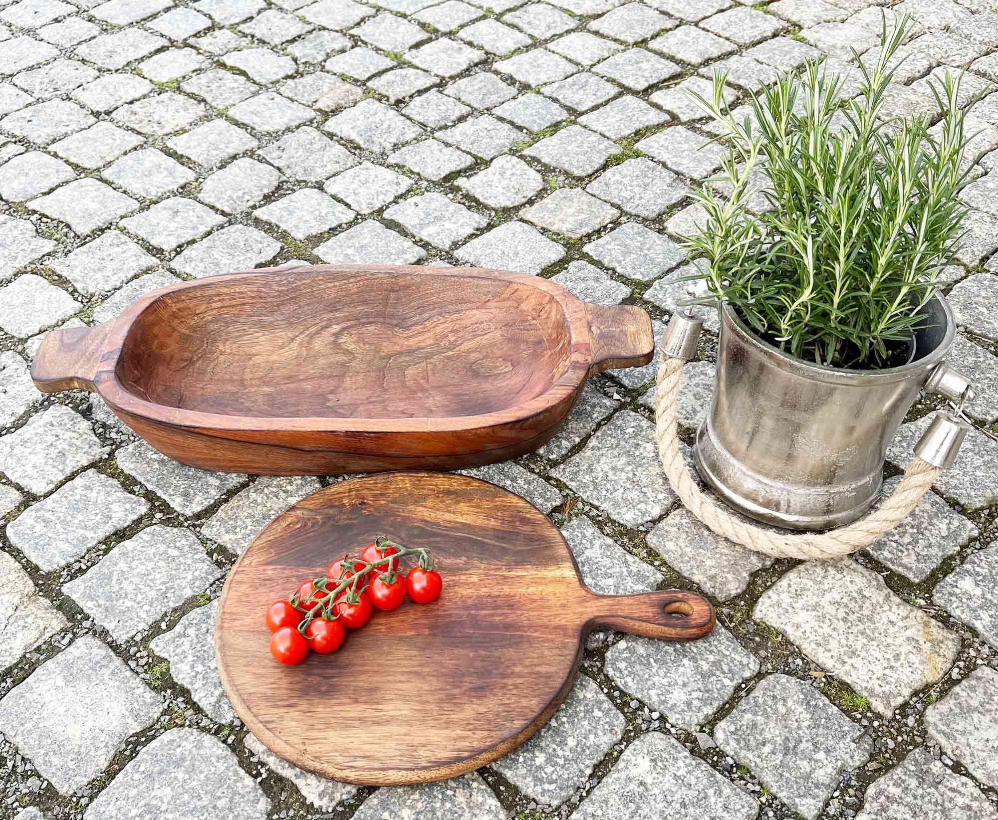 Salatschüssel und Schneidebrett aus Holz