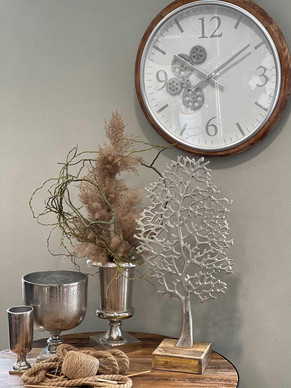 Silberne Deko Vase und Baum mit Uhr an Wand